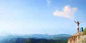 žena na vrhu planine