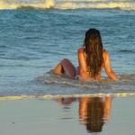 zena u moru